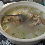 Suppe mit Schweinefleisch und Rettich