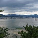 Blick von Insel Miyajima aufs Festland
