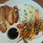 Fisch fritiert mit Reis und Gemüse