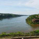 Links Rio Parana, Paraguay und rechts Rio Iguazu, Brasilien (Left Rio Parana, Paraguay and on right Rio Iguazu, Brazil)
