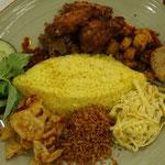 Gelber Reis mit Beilagen