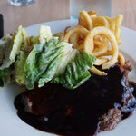 Steak in BBQ Sauce mit Curly Pommes und Salat