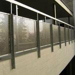 Geländer mit Lochblechfüllung aus Chromstahl