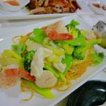 もうひとつのメインは〝Seafood Fried Noodles〟。エビもイカもホタテも魚も入ってて味はキレのある塩味。