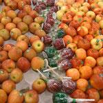 スーパーマーケットのりんごコーナー。りんご飴は飴コーナーに置くべきでーす。