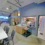 キッチンもお客さんの座るテラスから見えて、清潔感のある感じの店内。