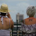 右の人の背中のタトゥーに注目。なにが苦痛なの?