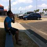 途中むだに日陰でボォ~っと休憩してみた。原住民系の人が町に座るみたいな感じで。