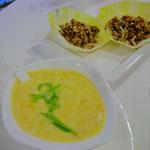 セットの卵スープに、前菜でチョイスした〝San Choi Bow〟(鶏ミンチをレタスで包んだのん)。