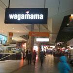 ブリスベン Queens St Mallにて。ここ、どんな店やろ(笑)?