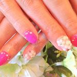 人気のビビッドピンクにお花をちりばめて
