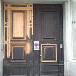 opera di restauro portone d'ingresso Milano