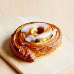 レーズンロール(デニッシュ生地にフランジパーヌを塗りレーズンとシナモンアップルを巻いたパン)