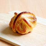 あん餅クロワッサン(発酵バターの風味豊かなクロワッサン生地に粒餡入りのお餅を包んだサクサク食感のクロワッサンです)