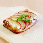 紅玉りんごのクロワッサン( 風味豊かなクロワッサン生地に自家製カスタードクリームを絞り紅玉りんごをトッピングして焼成しました)!