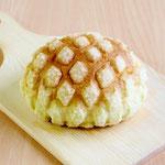 メロンパン( ほどよい甘さのクッキー生地をトッピングし焼き上げたしっとり柔らかいおやつパンです)