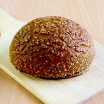 キャラメルメロンパン (キャラメル色した見た目にも珍しいメロンパン! 香ばしさとほどよい甘さがマッチした子供にも人気のおやつパンです)