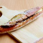 カスクート(フランス産小麦100%使用のフランスパンに大山ハムのペッパーシンケン(豚肩ロース肉を黒胡しょうでまぶしたもの)とチーズをサンド)