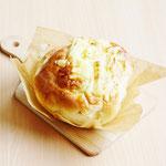 オニオンブレッド (きざみ玉ねぎ入り生地にチーズをトッピング!)