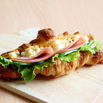 クロワッサンサンド『卵サラダ&ロースハム』(北海道産発酵バターの風味豊かなクロワッサンに栄養価の高いヨード卵卵サラダとロースハムをサンドしました)