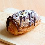パン オ ショコラ(ベルギー産チョコを包んだチョコパンです)
