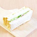 イギリスパンのハム&卵サンド (風味良いイギリスパンに自家製卵サラダ(ヨード卵使用)とロースハム(大山ハム)をサンドしました)