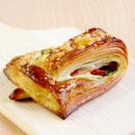 ドライトマトとベーコンのクロワッサン (サクサク食感のクロワッサンにドライトマトとベーコンをトッピング! ジェノバソースが美味しさをより引き立てます)