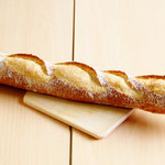 バゲット (厳選材料と製法により小麦の風味豊かなしっとりもっちり食感のバゲットに仕上げました)