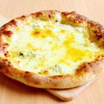 クワトロフォルマッジ (4種類のチーズ(モッツァレラ・ブルーチーズ・パルメザン・プロボローネ)をトッピングして焼き上げました。)