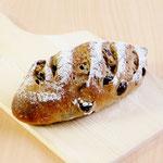 ノワレザン(くるみ入りフランスパンにレーズンを混ぜ込んだ、小麦とくるみの風味豊かなしっとり柔らかいパンです トーストしても美味です)