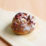 クランベリーフロマージュ (クランベリーと胡桃のパンにスイートなクリームチーズが入っています)