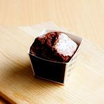 ラズベリージャムとアーモンドのカップケーキ (バンホーテンココアとアーモンドプードル、北海道産バターを使用した生地に ラズベリージャムを絞り焼き上げました)