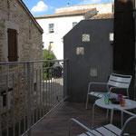 Petite terrasse avec 2 fauteuils et table basse