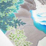 ザックリした紬地の風合いが滝の景色に合っています