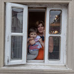 Azerbaijan - Sympathische Einwohner in Quba beobachten mich beim Fotografieren der Oldtimer