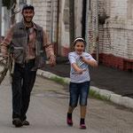 Azerbaijan - Mädchen mit ihrem Vater in Quba