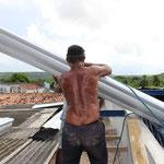 Das Hochheben der Dachplatten ist recht anstrengend.