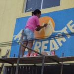 Tatiana está pintando a fachada