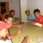 Auch Jugendliche vertieften sich mit Puzzles und ...