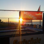 Bild: Sonnenuntergang an der Surfschule Niendorf