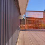 屋上デッキ、ネットフェンス越しの眺め