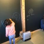 畳の間 壁を全て黒板にし思いっきり絵を描いてもらいたかった。