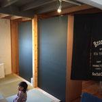 畳の間 壁を全て黒板にすることで空間も締まった。