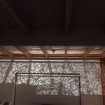2Fリビング畳の間~ロフトの照明を付けると木漏れ日のような影がタタミの間に落ちるように細工。(ロフトの床の一部に和紙を敷き詰めた)