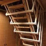 屋根裏部屋(寝室)への階段見上げ