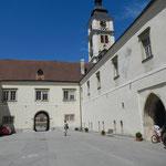 Innenhofansicht mit Blick auf die Stiftskirche und dem Eingang zu den Ausstellungsräumen (re)