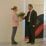 Als kleines Danke für die Gastfreundschaft in der Hofburg: Bauer überreicht  Blumen an die Burghauptmannschafts-Vertreterin