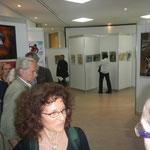 Vor der Eröffnung der Vernissage: Zahlreiche interessierte Gäste besichtigen die Exponate