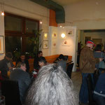 Vernissage-Eröffnung, an der Wand li Akt von G. Wilfling, im Hintergrund Bilder von E.Karpfen