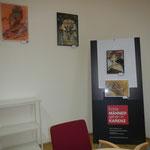"""Meine kleine Ausstellung im Sitzungszimmer der Sektion IV: von li-re: """"Rote Gefahr"""", """"Bedrohte Schönheit"""", """"Kopfkissen"""", """"Dreiecksbeziehung"""""""